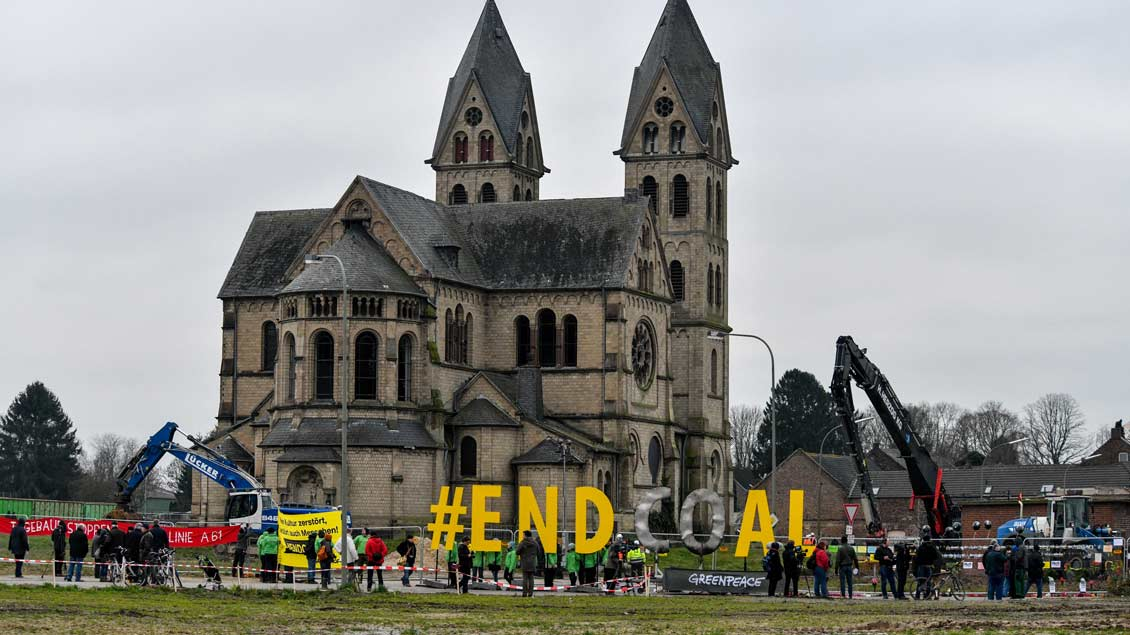 Protest vor der Kirche in Immerath