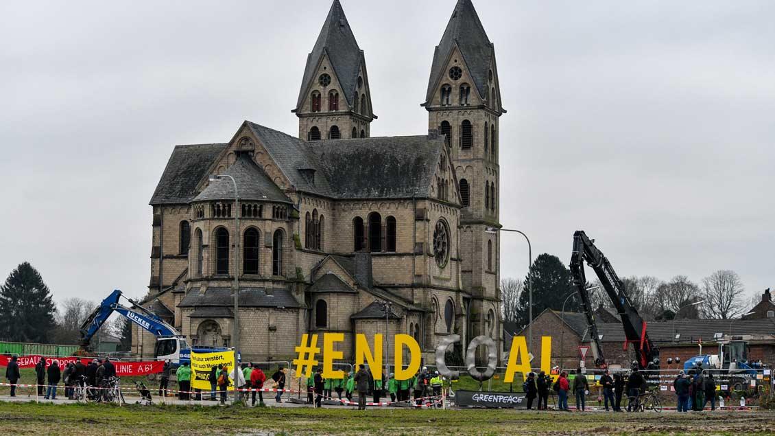 Protest vor der Kirche in Immerath Foto: KNA