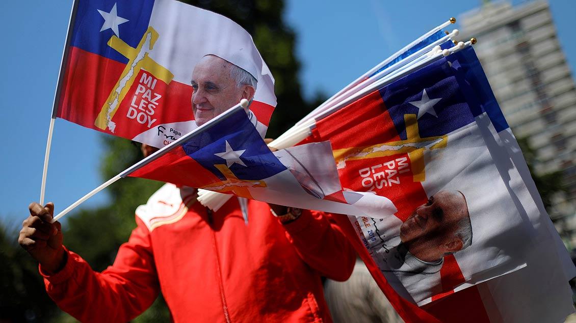 Ein gutes Geschäft vom Papst-Besuch erhofft sich wohl dieser Fähnchen-Verkäufer vor der St. Joseph Kathedrale in Temuco, Chile.