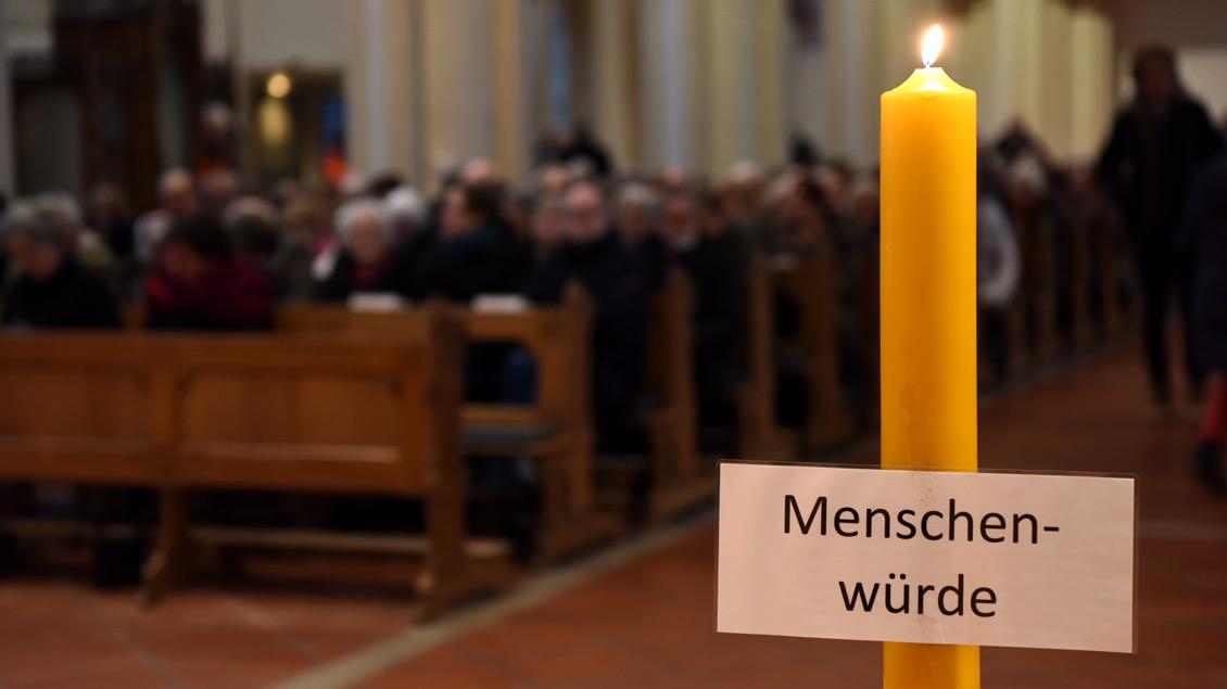 """Gegen die """"menschenverachtenden Standpunkte"""" der AfD protestiert das Institut für Theologie und Politik. Unser Bild zeigt einen Gottesdienst während eines umstrittenen Empfangs der AfD im Rathaus von Münster im Januar 2017."""