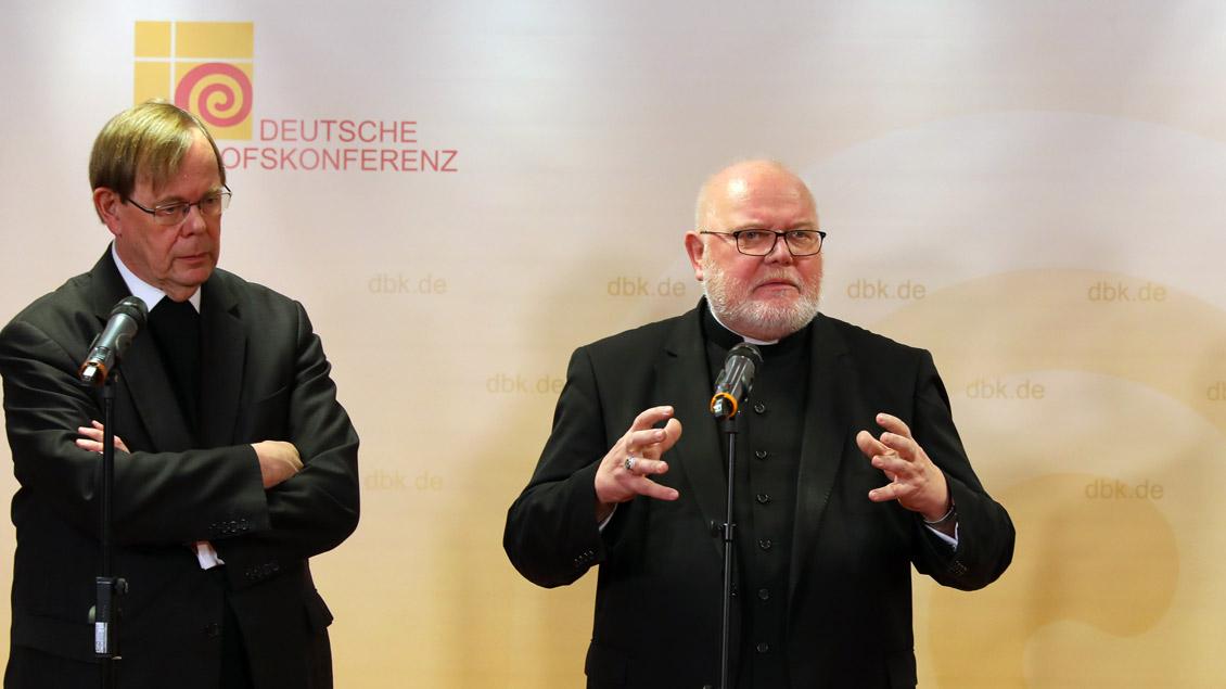 Stellten sich zu Beginn der Vollversammlung in Ingolstadt der Presse: Kardinal Reinhard Marx (rechts) und der Sekretär der Bischofskonferenz, Pater Hans Langendörfer.