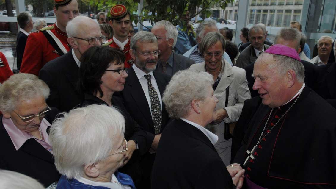 Ein Zeitsprung: Friedrich Ostermann begeht 2006 sein 25-jähriges Jubiläum als Weihbischof.