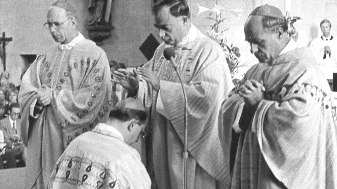 Bischof Reinhard Lettmann weihte Friedrich Ostermann am 13. September 1981 zum Weihbischof, zuständig für die Region Münster/Warendorf.