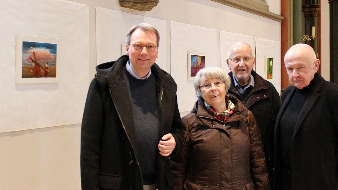 Pfarrer Stefan Jürgens, Marianne Pleger, Künstler Gerhard Pleger und Norbert Humburg  Foto: Melanie Ploch