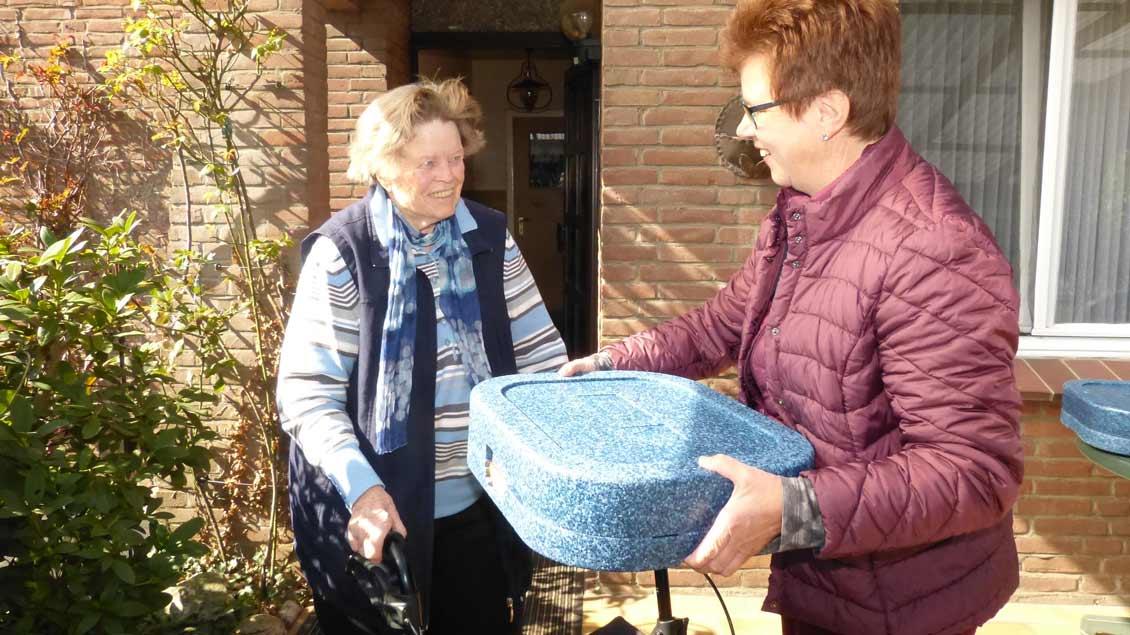 Cilliy Klein-Heßling bringt Elfriede Manthey das Essen. Foto: Peter Kummer