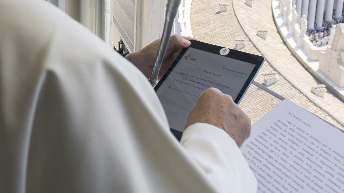Papst mit Tablet.