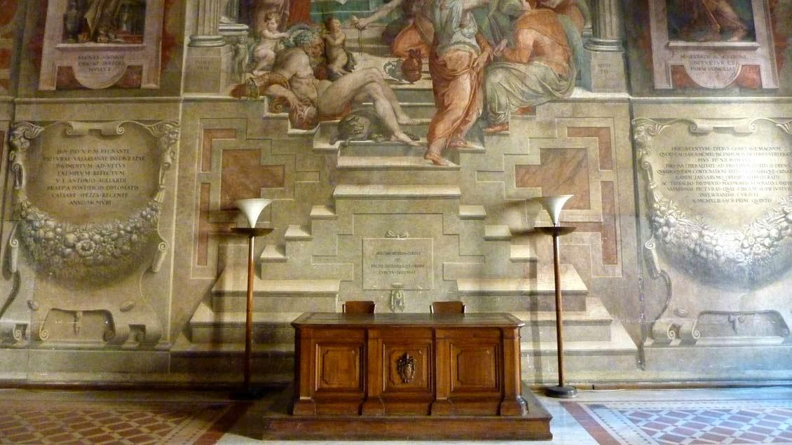 """Repräsentations-Saal der """"Sacra Romana Rota"""", des höchsten Kirchengerichts in Rom. Archiv-Foto: Markus Nolte"""
