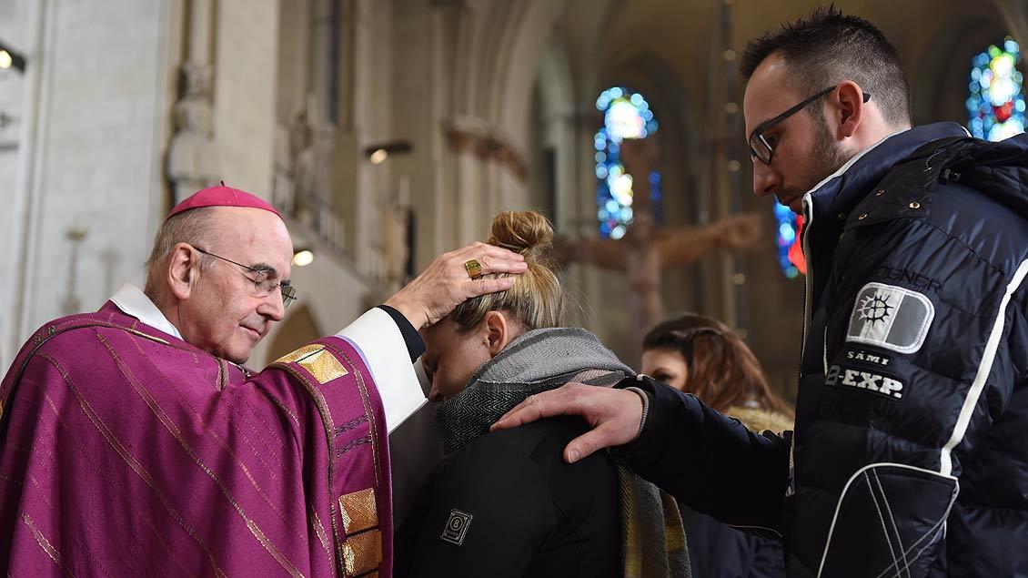 Zulassungsfeier für Erwachsene Taufbewerber mit Bischof Felix Genn.