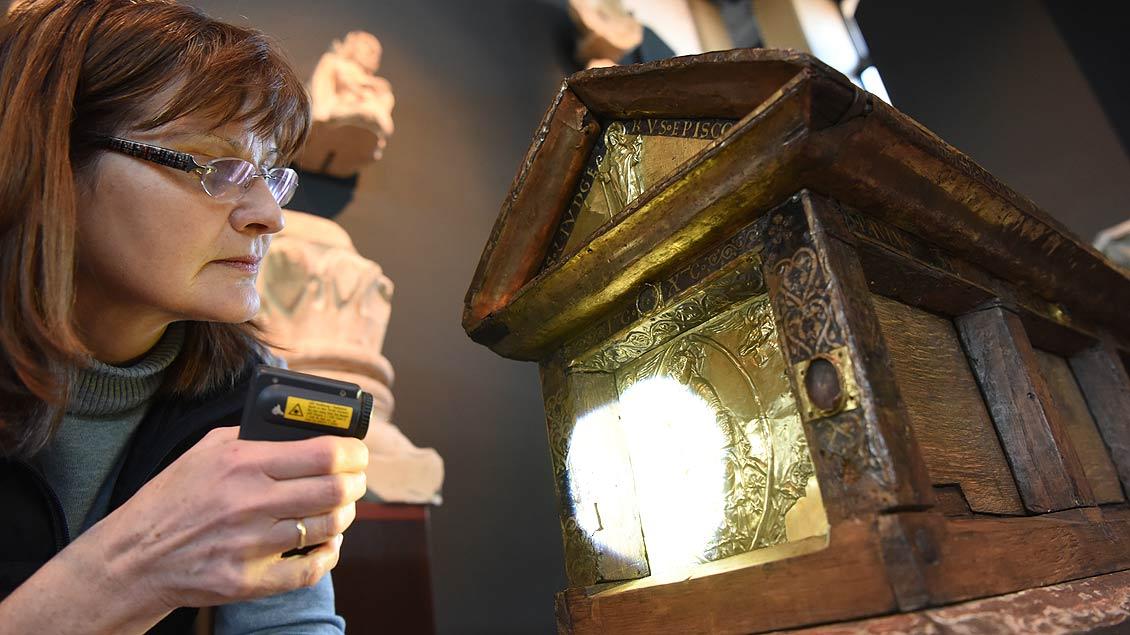 Marita Schlüter untersucht den Reliquienschrein der heiligen Felicitas. | Foto: Michael Bönte
