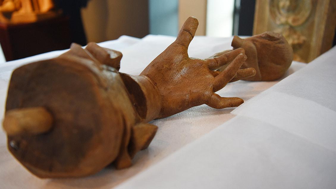 ..., ihre Hände können dann in eigens für sie gefertigte Transportbehälter gelegt werden. | Foto: Michael Bönte