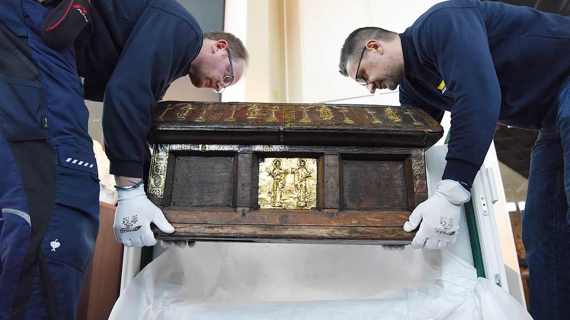 Große Vorsicht: Der Reliquienschrein der heiligen Felicitas und ihrer sieben Söhne wird in die Klimakiste gehoben. | Foto: Michael Bönte