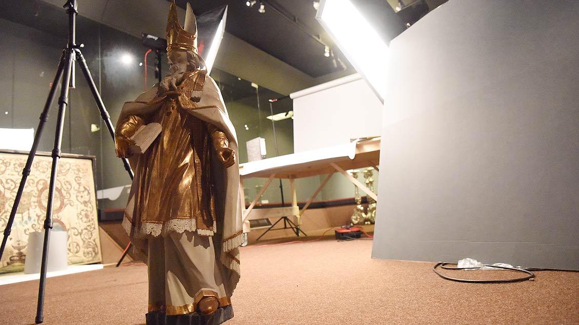 Foto-Termin: In einem kleinen Studio im untersten Stockwerk des Museums werden einige Kunstwerke abgelichtet. | Foto: Michael Bönte
