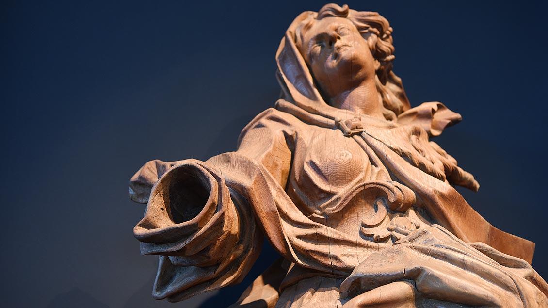 Die Statue der heiligen Maria Magdalena wird in Einzelteile zerlegt... | Foto: Michael Bönte