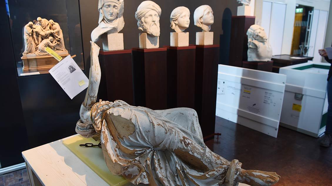 Seitenlage: Ein hölzerner Taufengel, eine Leihgabe des Landesmuseums Münster. | Foto: Michael Bönte