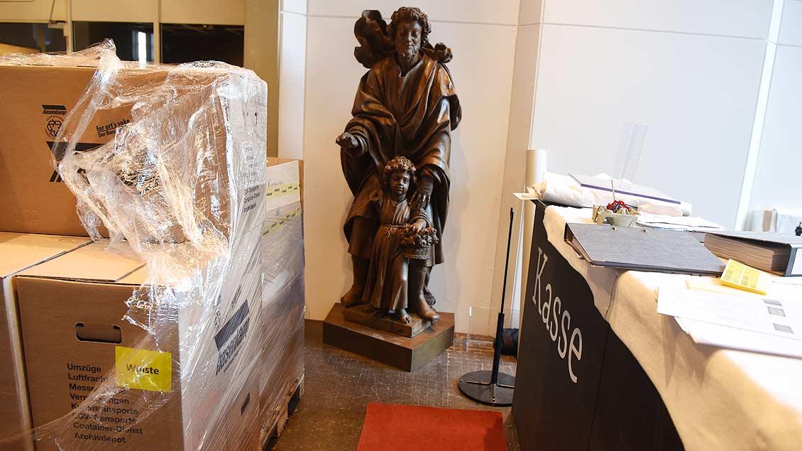 Der heilige Josef wartet im Foyer des Museum auf seinen Abtransport. | Foto: Michael Bönte
