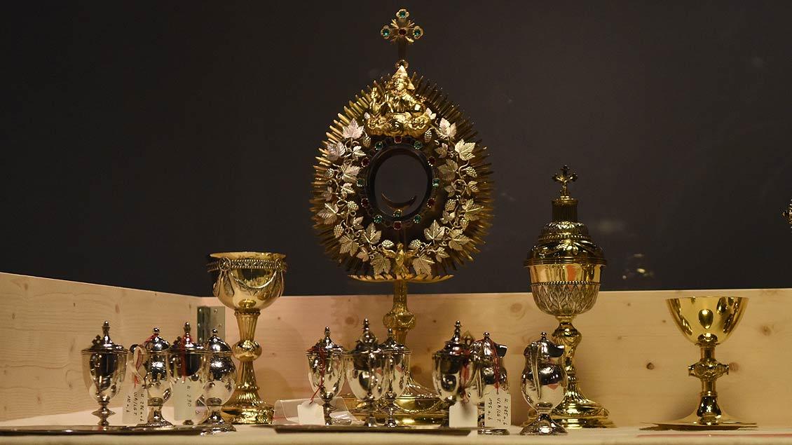Viele liturgische Geräte müssen exakt bestimmt werden, bevor sie in Kartons verschwinden. | Foto: Michael Bönte