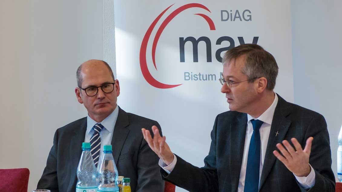 Neben Generalvikar Norbert Köster (rechts) war auch Diethelm Schaden, Leiter der Abteilung Personal im Bischöflichen Generalvikariat, bei der DiAG-MAV zu Gast.