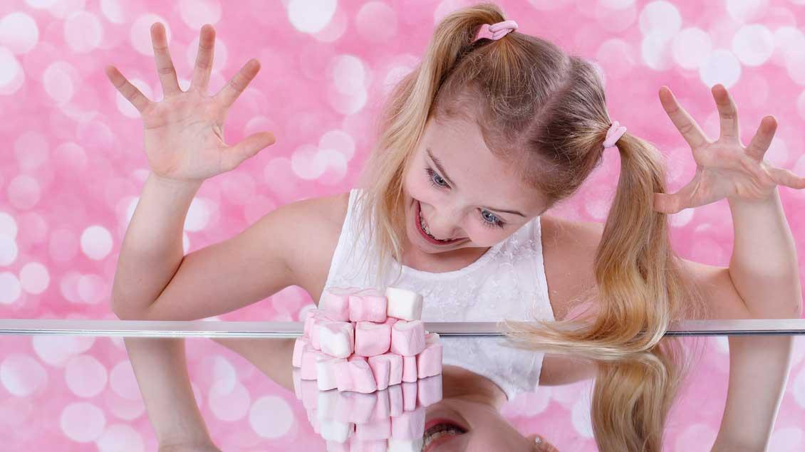 Kind mit Süßigkeiten.