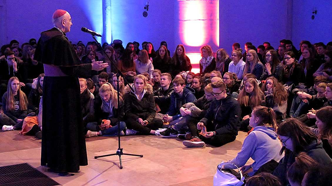 Mehr als 450 Jugendliche waren in die Jugendkirche in Münster gekommen, um Bischof Felix Genn zuzuhören.