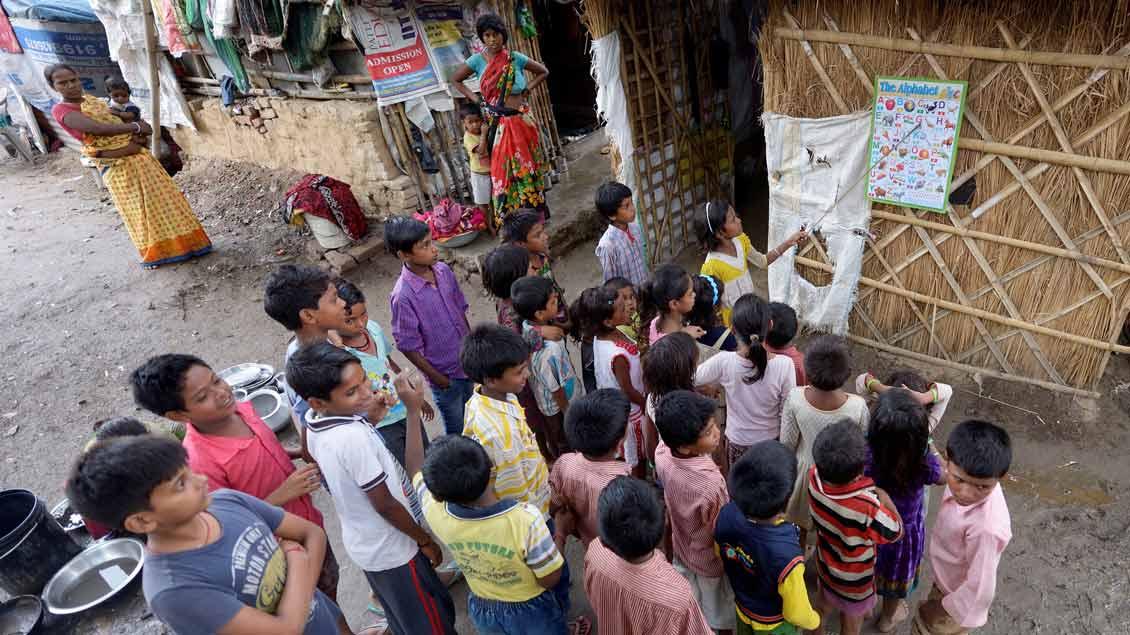 Schulunterricht in einem Dorf in Indien.