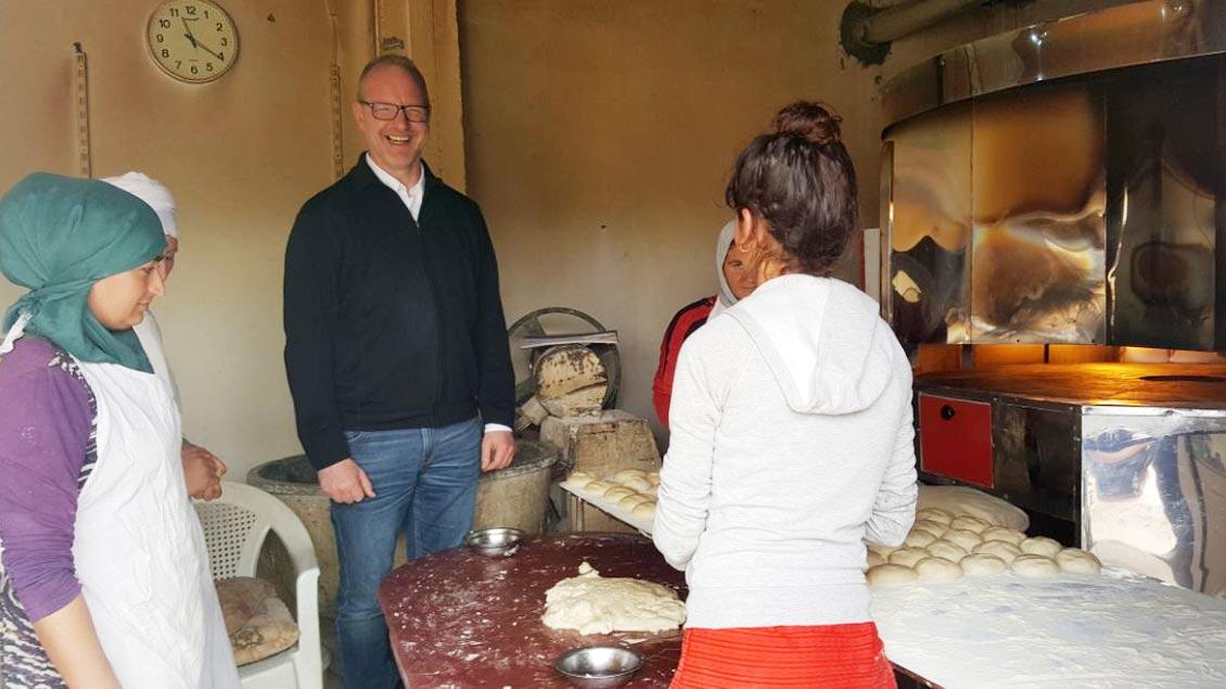 Jochen Reidegeld in der Bäckerei eines Flüchtlingslagers.