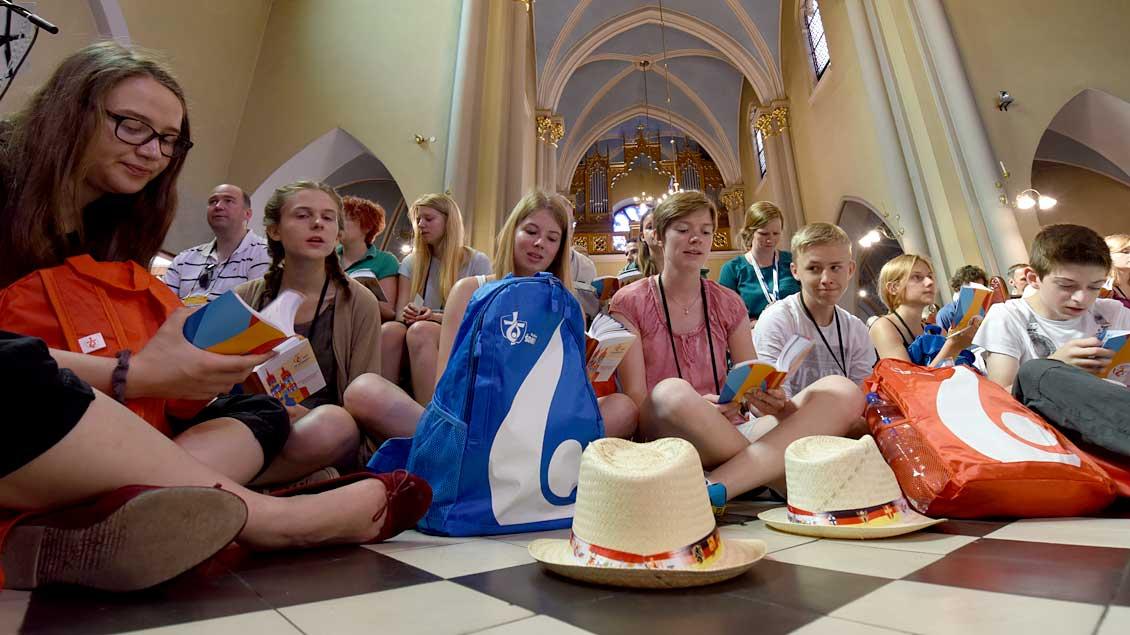 Jugendliche in einer Kirche.