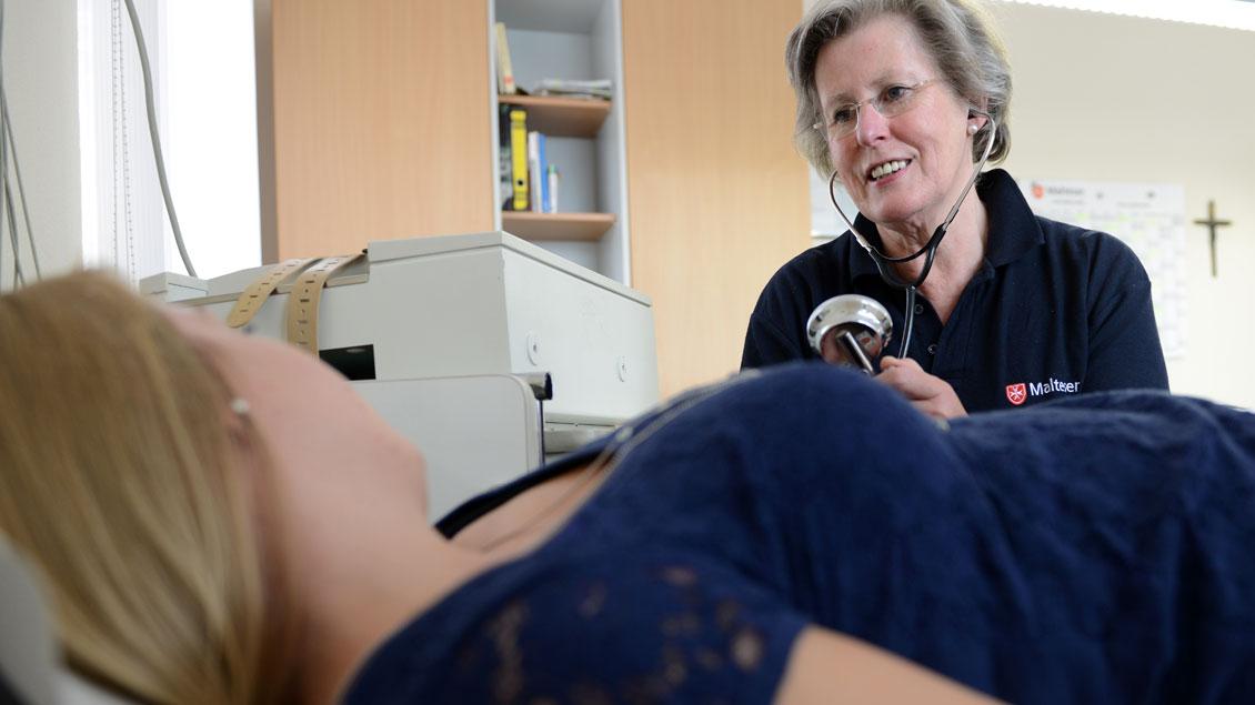 Jede Woche ist Sprechstunde der Malteser Medizin in Münster für Menschen ohne Krankenversicherung. Sie werden von Gabrielle von Schierstaedt und ihrem Team untersucht.