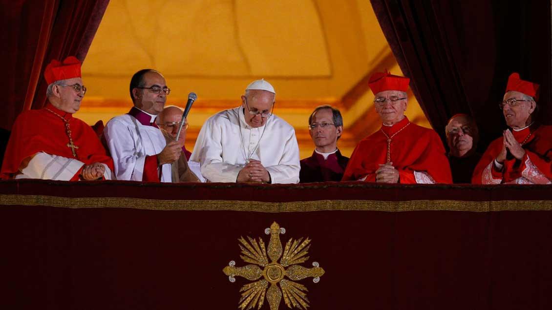 Papst Franziskus auf dem Balkon des Petersdoms.