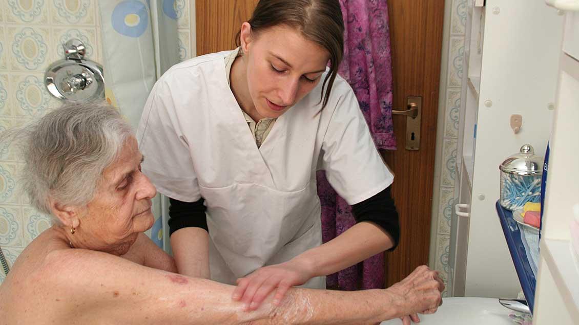 Altenpflegerin bei der Arbeit.