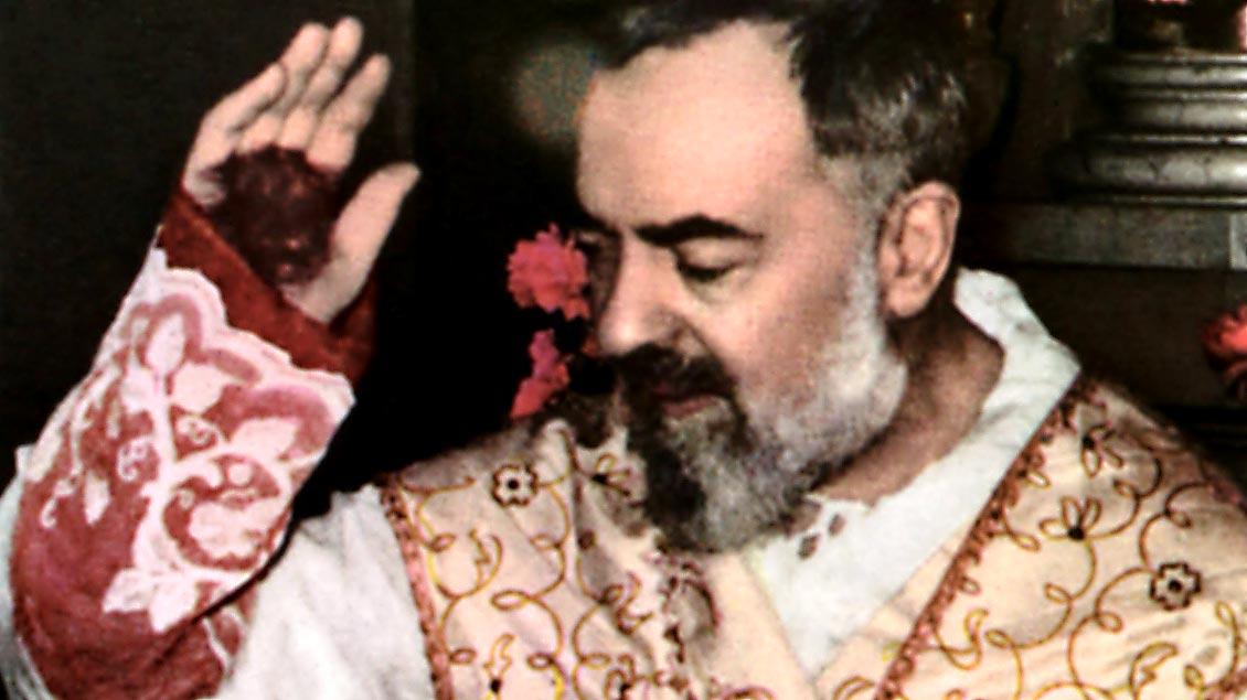 Der heilige Pater Pio während einer Messe im Kloster Santa Maria delle Grazie in San Giovanni Rotondo. Zu sehen sind auch die Wundmale, die er empfangen haben soll.