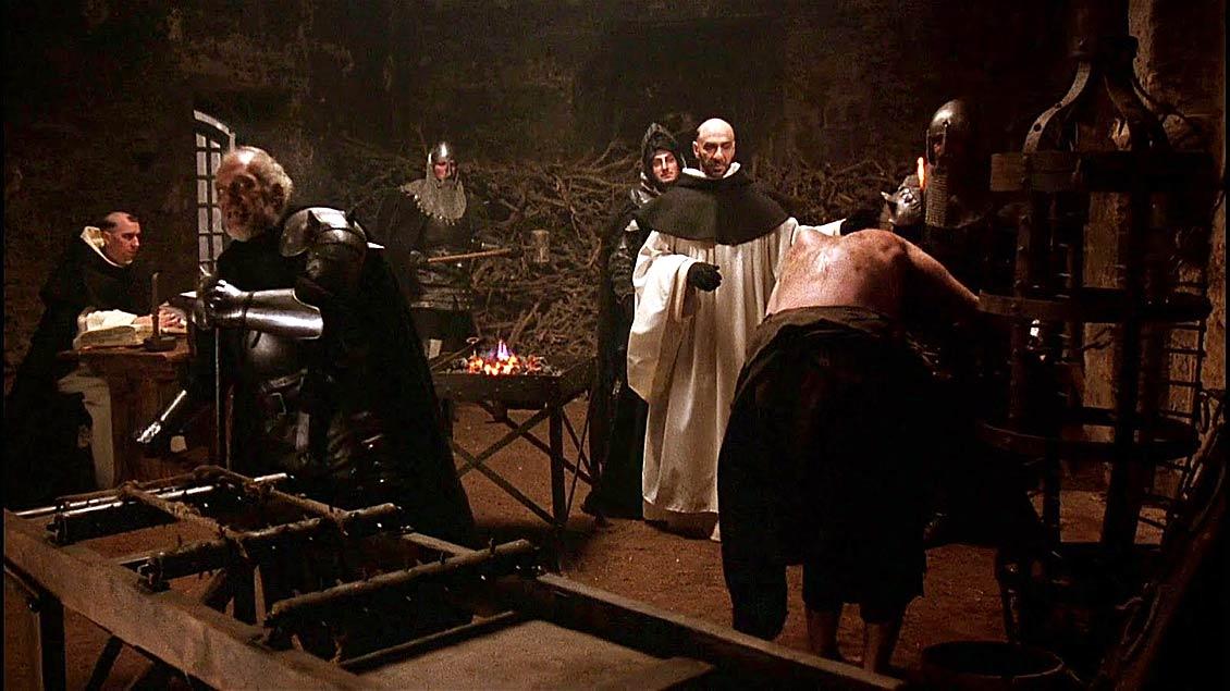 """Brutal, erbarmungslos, ungerecht: die Inquisition, wie man sie sich vorstellt - in etwa wie in dieser Szene aus dem Film """"Der Name der Rose"""" (1986, hier mit F. Murray Abraham als Inquisitor und Dominikaner Bernardo Gui)."""