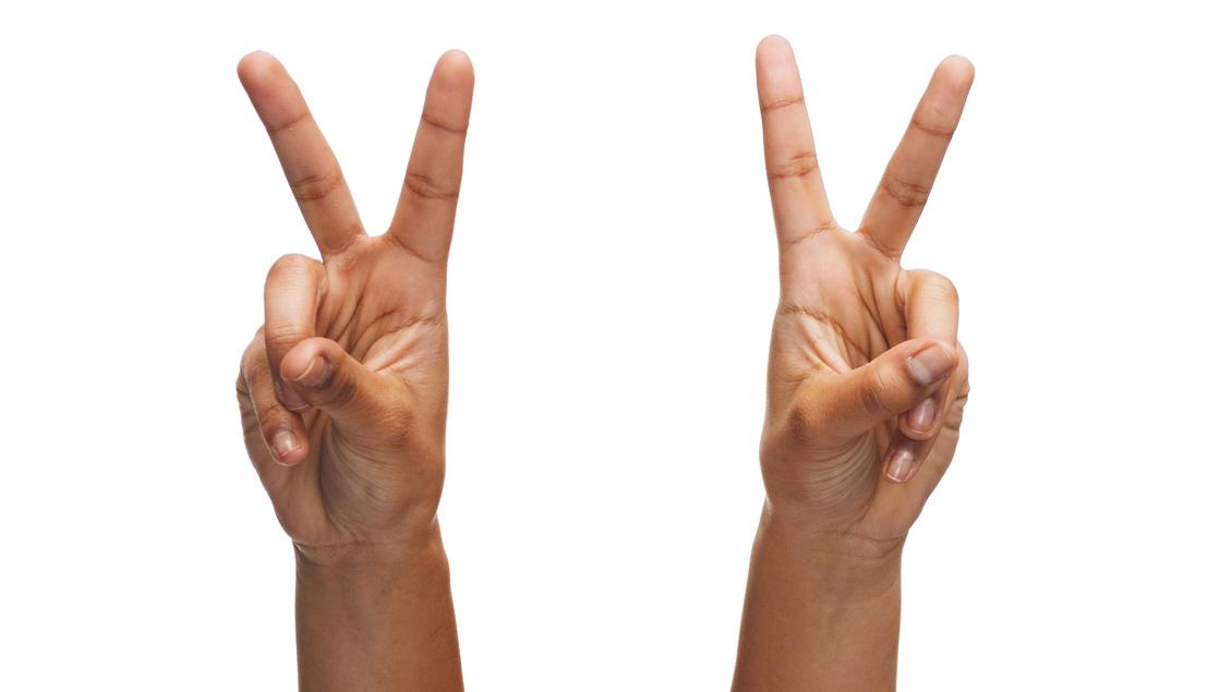 Das Siegeszeichen, bei dem Zeige- und Mittelfinger ein V bilden und das englische Wort »victory« für »Sieg« symbolisieren.