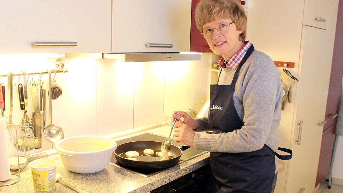 Annette Saal backt Struwen.