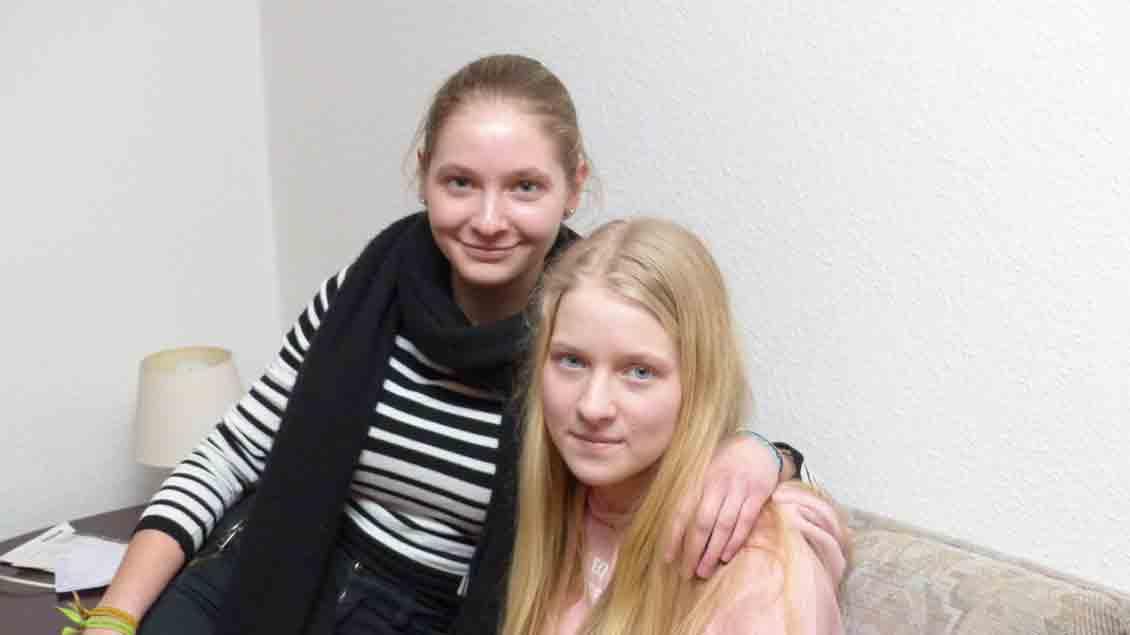 Die Taufe in der Osternacht: Für Clara (links) und Sophie Otremba aus Ahlhorn Höhepunkt eines langen Weges.