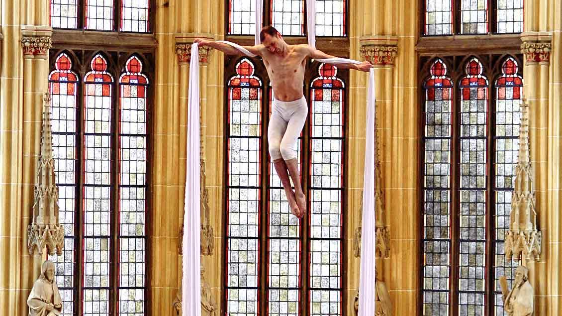Martin Bukovsek alias Carismo stellt die Kreuzigung Jesu am Vertikaltuch dar – in rund 20 Metern Höhe. Unser Bild entstand bei seinem Auftritt 2009 in der St.-Joseph-Kirche in Münster.
