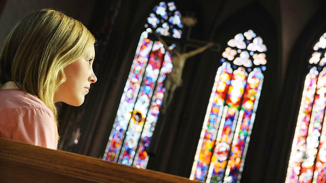 Eine junge Frau im Gebet. Foto: Michael Bönte