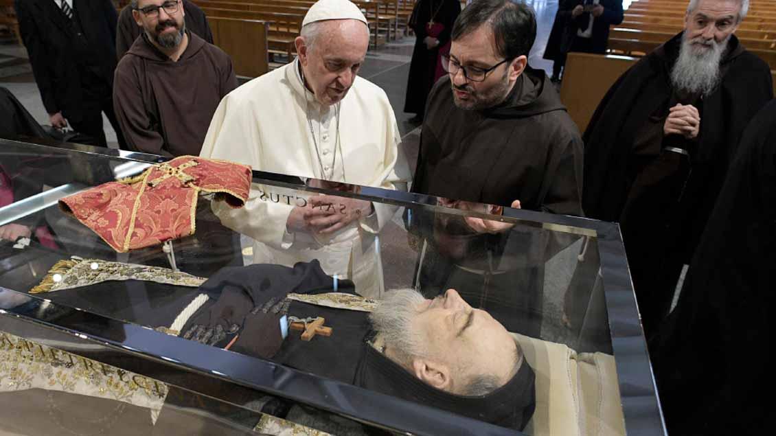Papst Franziskus besucht den einbalsamierten Leichnam des heiligen Pater Pio im Heiligtum Santa Maria delle Grazie in San Giovanni Rotondo (Italien).
