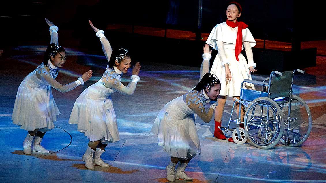 Artisten tanzen während der Abschlusszeremonie bei den Paralympics in Pyeong Chang in Südkorea.