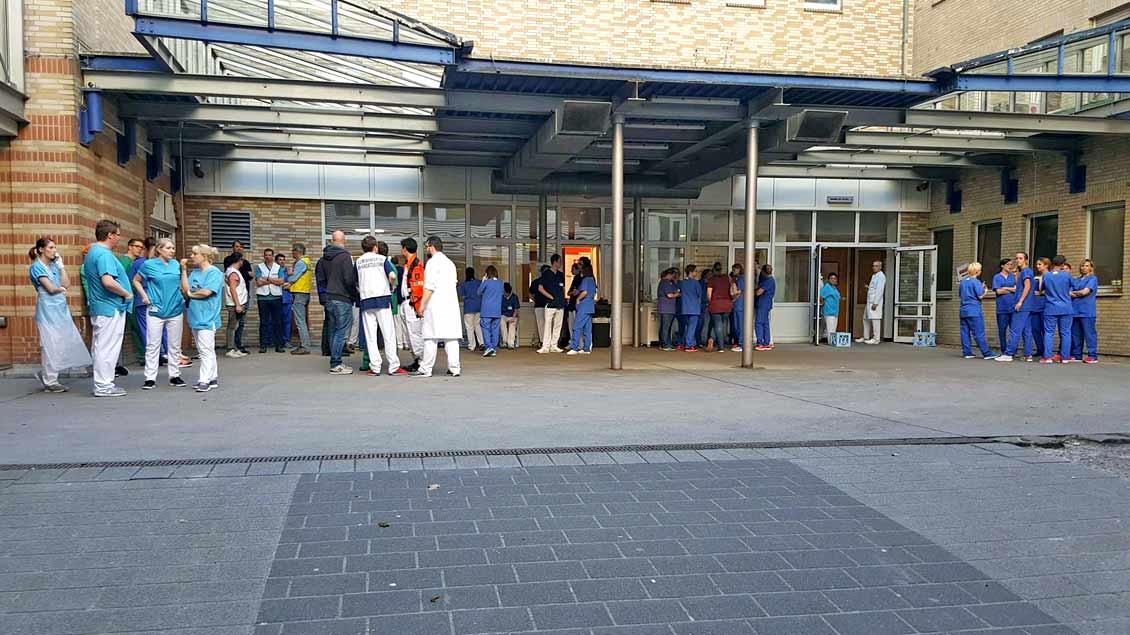 Zahlreiche Mitarbeiter kamen nach der Alarmierung zum Clemenshospital und in die Raphaelsklinik, um bei der Versorgung der Schwerstverletzten zu helfen.