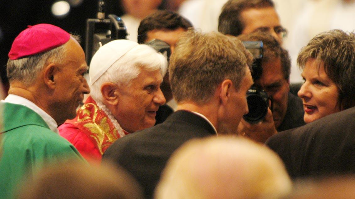 Bischof Reinhard Lettmann und Papst Benedikt XVI. bei der Seligsprechung Kardinal von Galens im Oktober 2005 im Petersdom. Foto: Michael Bönte