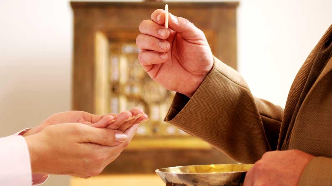 Beim Thema Kommunionempfang sind die deutschen katholischen Bischöfe uneinig.