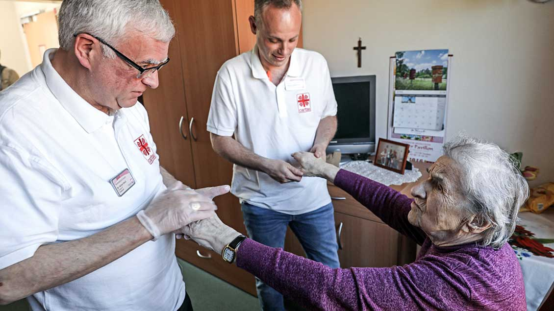 Erzbischof Heiner Koch im Pflege-Praktikum. Foto: Markus Nowak (KNA)