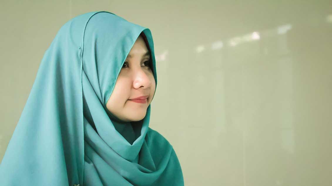 Ein Mädchen trägt Kopftuch. In NRW wird ein Kopftuch-Verbot für Kinder und Jugendliche bis 14 Jahren geprüft.