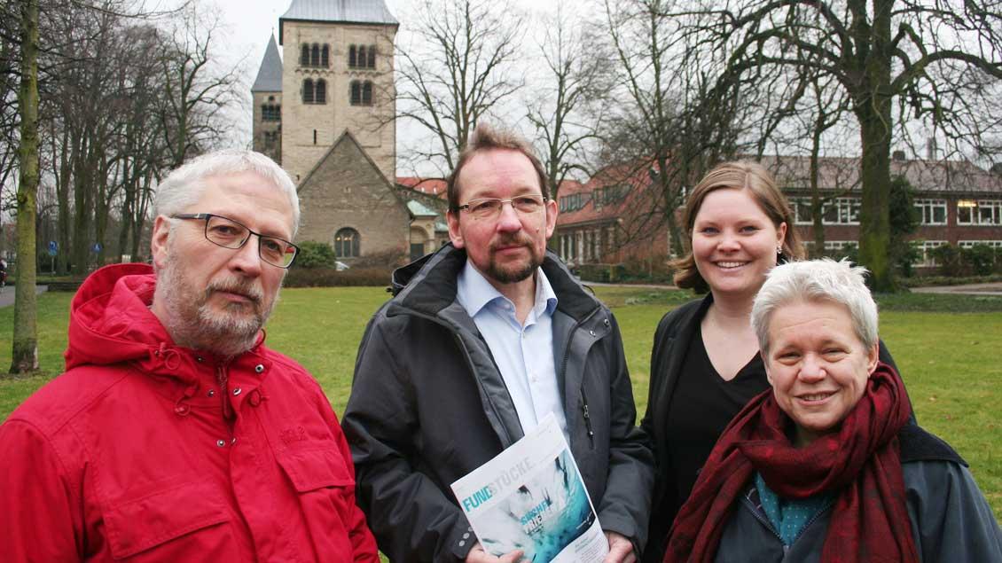 Stecken in den Vorbereitungen (von links): Ludger Picker, Bernd Lenkeit (ehrenamtlicher Helfer), Lisa Sauer und Ortrud Harhues (ehrenamtliche Helferin) vor der Mauritzkirche. Foto: Jens Joest