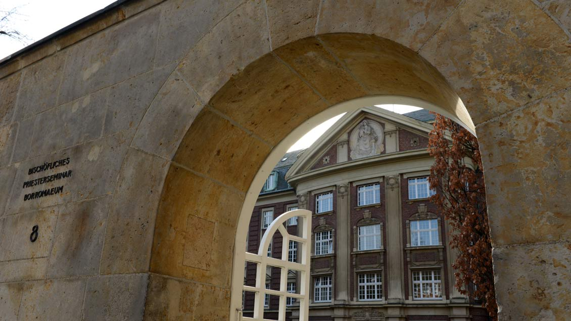 Blick durch die Eingangspforte des Priesterseminars Collegium Borromaeum in Münster: Priesteramtskandidaten lassen die Auseinandersetzung mit ihrer Sexualität nicht vor der Tür zurück.