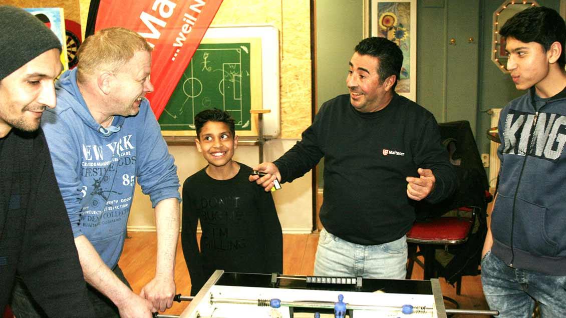 """Salah Hussein (Zweiter von rechts) im Jugendtreff """"Kalypso"""". Foto: Michael Rottmann"""