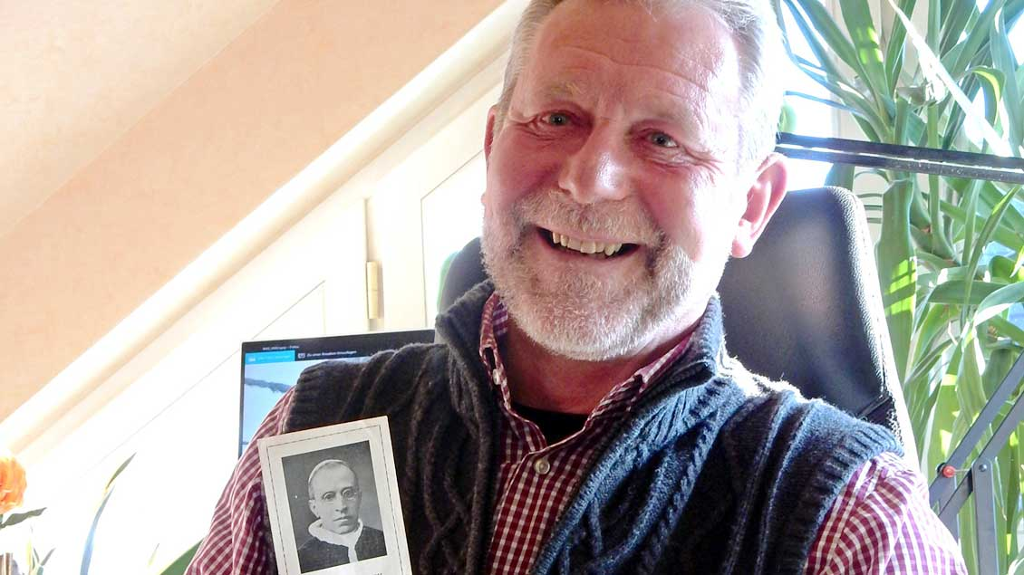 Der Telgter Heinz Stratmann mit einem Andachtsbildchen aus der Regensbergschen Verlagasbuchhandlung Münster. Darauf ist der damalige Papst Pius XII. zu sehen. Foto: Claudia Maria Korsmeier