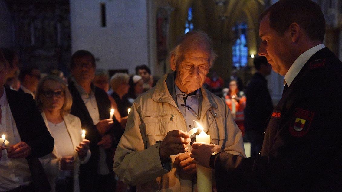 Die Flamme wird von den Gottesdienstbesuchern weitergereicht. | Foto: Michael Bönte