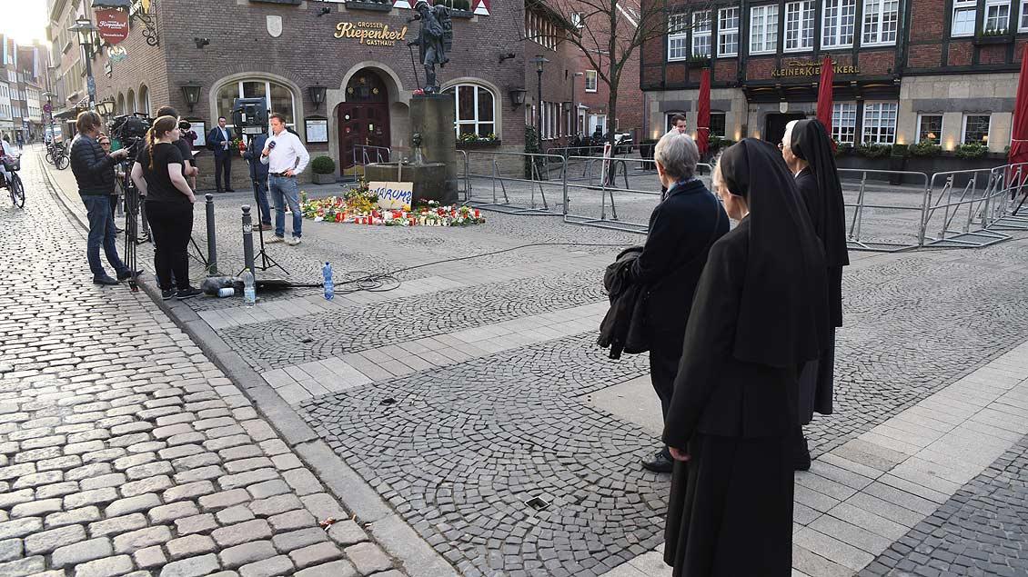 Stiller Moment auf dem Weg zum Gedenkgottesdienst im Dom. | Foto: Michael Bönte