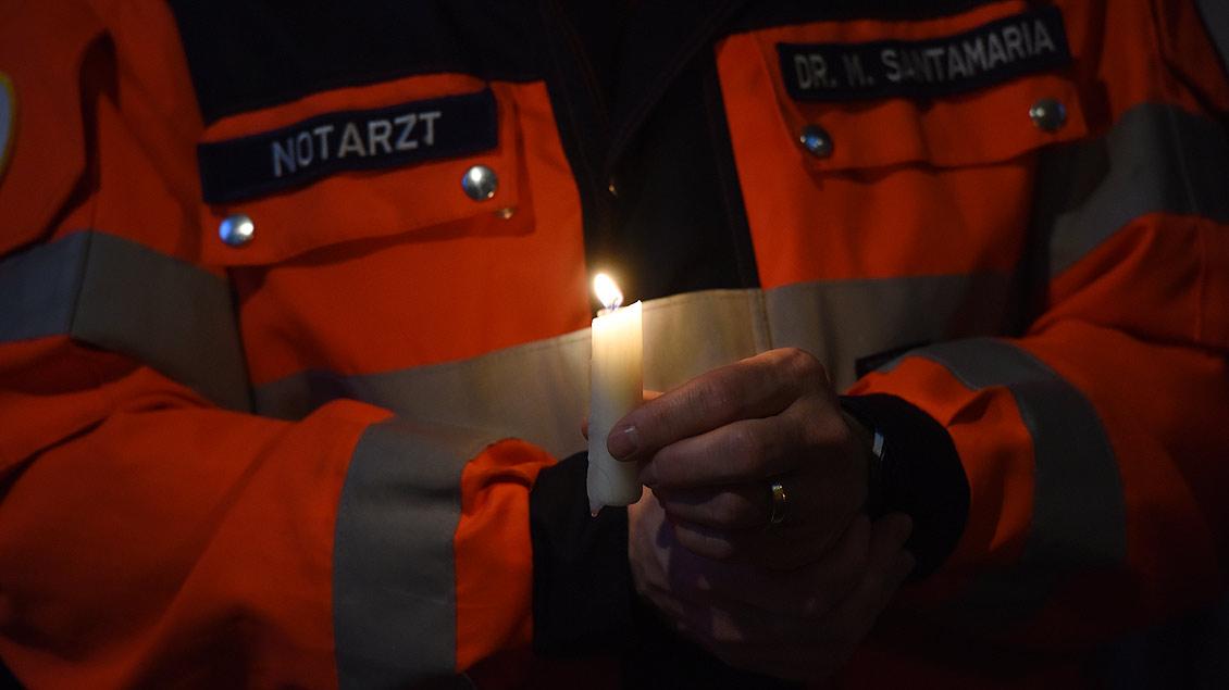 Viele Rettungskräfte waren in den Gedenkgottesdienst gekommen. | Foto: Michael Bönte